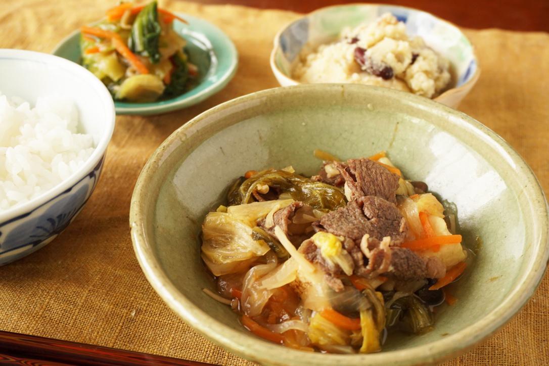 玉ねぎと国産牛肉のすき焼き風。3種豆とおからの和え物、青梗菜とちりめんのお浸し